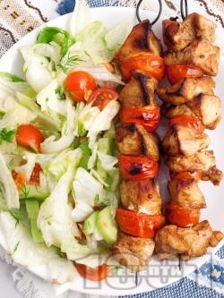 Пилешки шишчета от гърди (бяло месо) с чери домати в марината от соев сос, зехтин, мед и горчица, печени на скара - снимка на рецептата